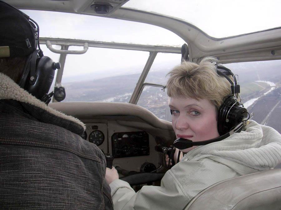 Лариса Крапивина управляет учебным самолётом