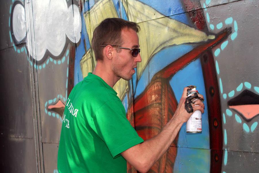 Пётр Обухов рисует граффити
