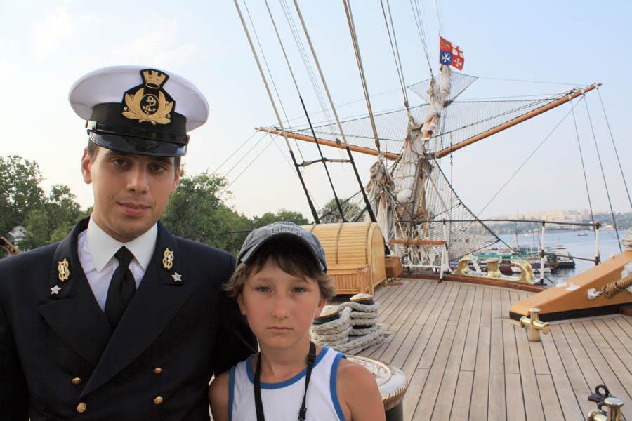 Матвей Серёжкин с итальянским матросом на палубе парусника