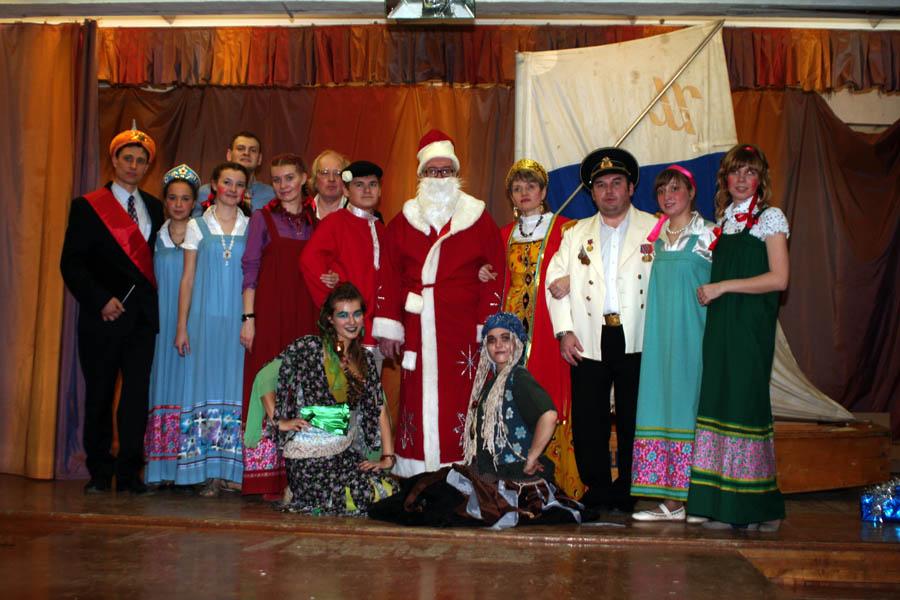 Инструктора отряда вместе с Дедом Морозом