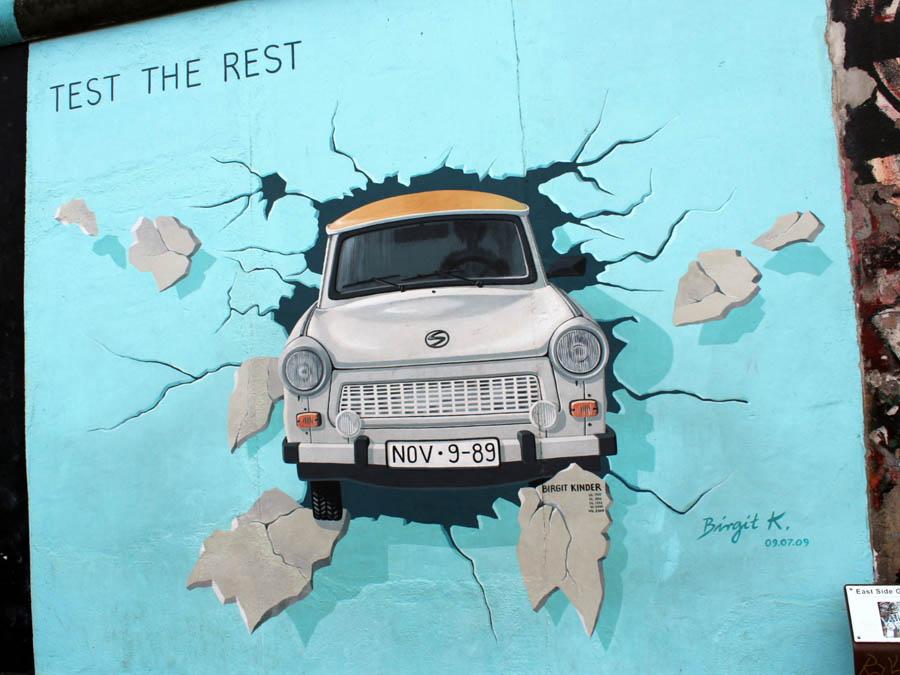 Одно из графитти современных художников на останках берлинской стены