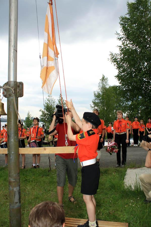 Егор Доможиров поднимает флаг отряда «Каравелла»