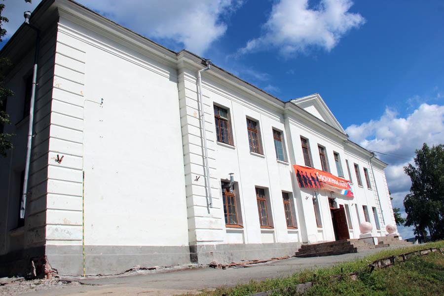 Белокаменная школа посёлка Калиново