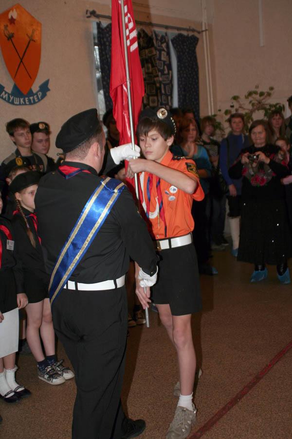 Пётр Крапивин принимает знамя «Пионер» из рук ведущего флагмана Всеволода Доможирова
