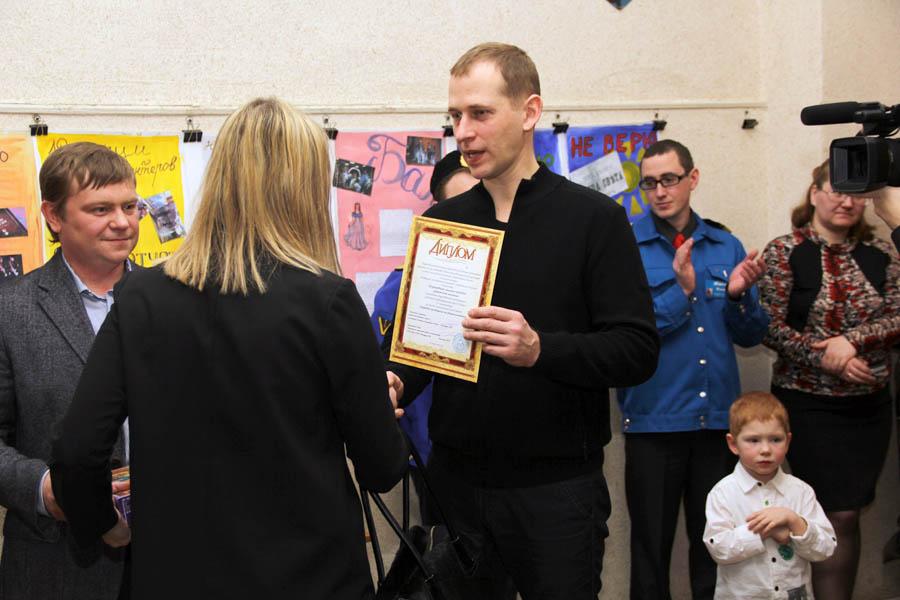 Евгений Сильчук вручает заслуженные награды