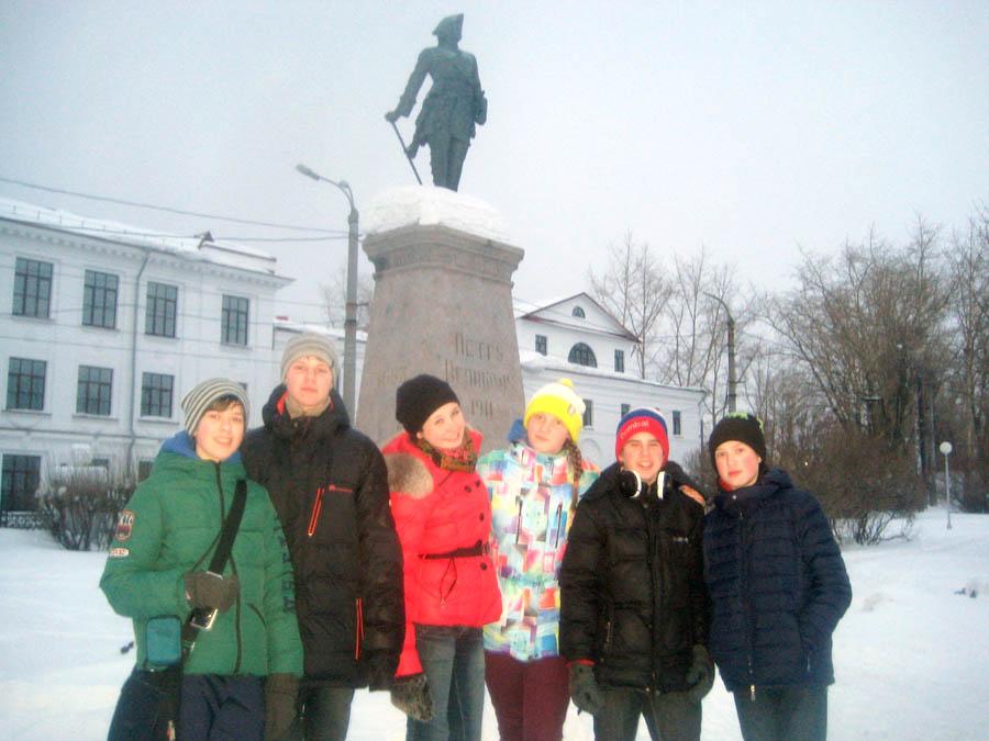 Делегация отряда на фоне памятника Петру Первому в Архангельске