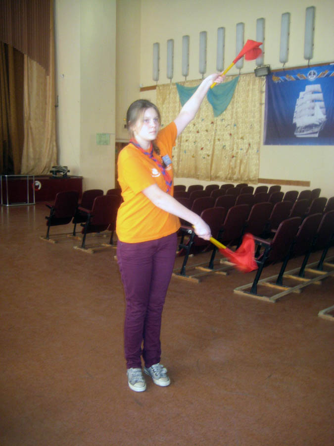 Маша Колесникова демонстрирует мастерство владения флажным семафором