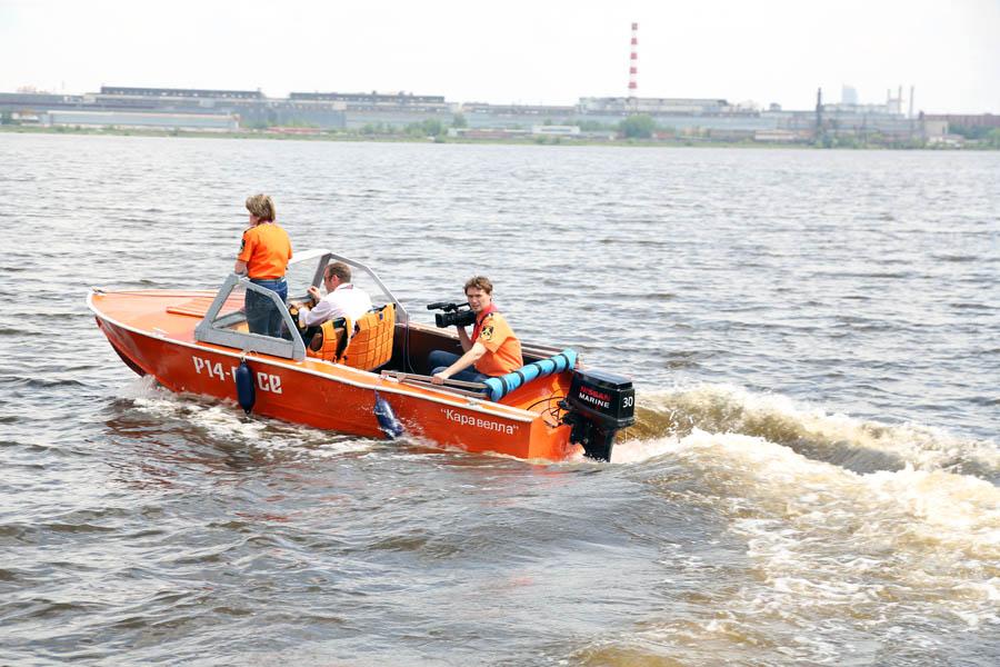 Мотористы-спасателя спешат на помощь