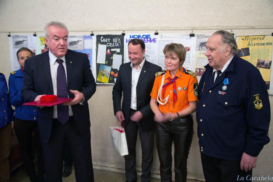 Дмитрий Бугров вручает награду Владиславу Крапивину