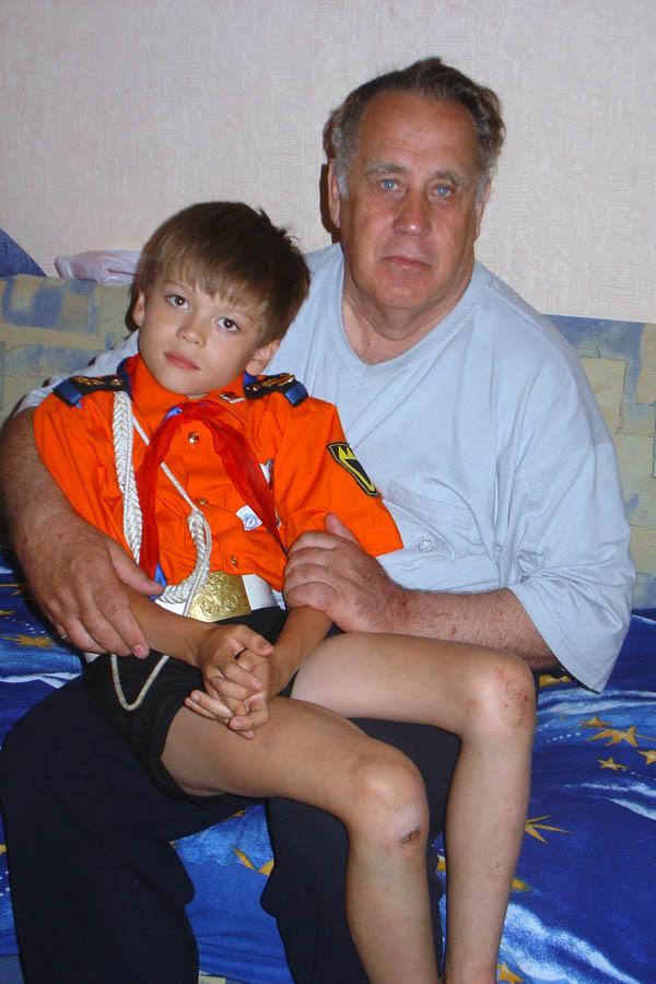 Барабанщик Пётр Крапивин вместе с дедом в екатеринбургской квартире