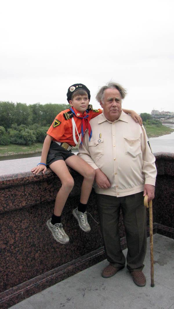 Писатель вместе с внуком в Тюмени на набережной