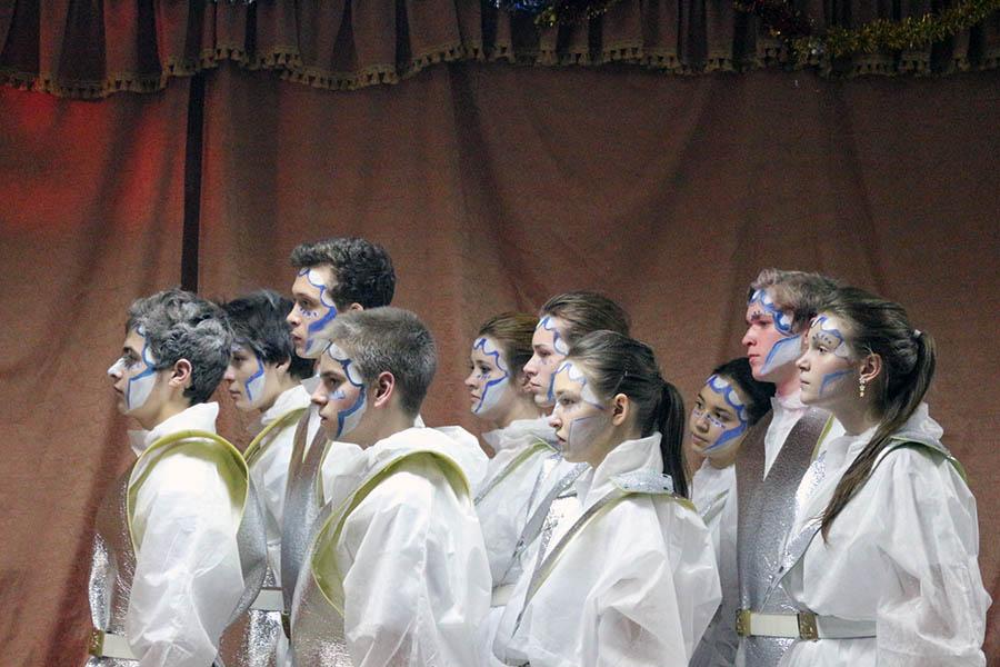 Снежные стражи новогоднего праздника на сцене