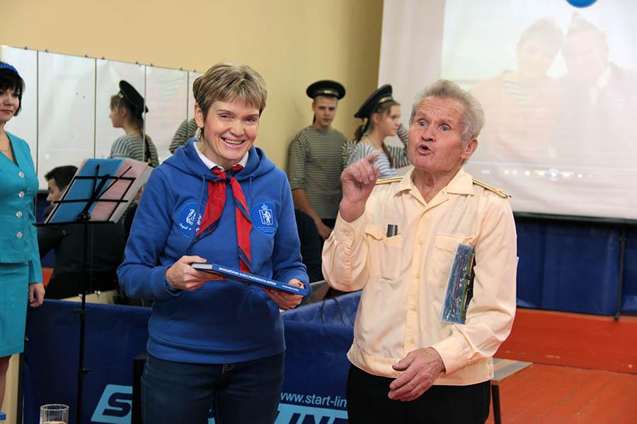 Командор «Каравеллы» Лариса Крапивина поздравляет капитана «Бригантины» В.И.Киселёва