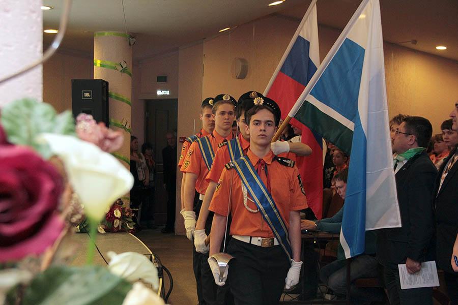 Знамённая группа отряда «Каравелла» выносит флаги...