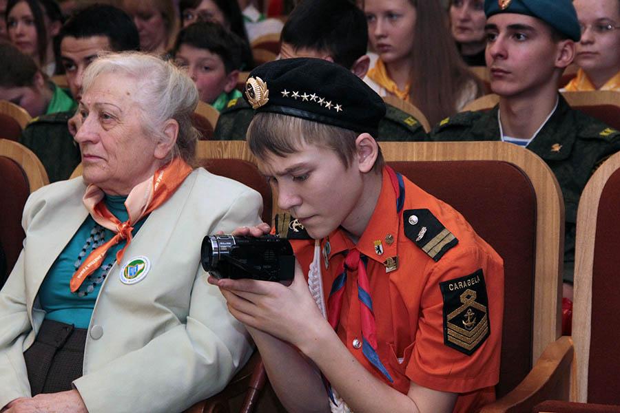 Данил Репин снимает кадры кинохроники отряда
