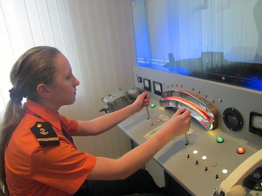 В зале «Музейная субмарина» Краеведческого музея Северодвинска Лена Ерохина ощутила на себе все сложности управления подводной лодкой