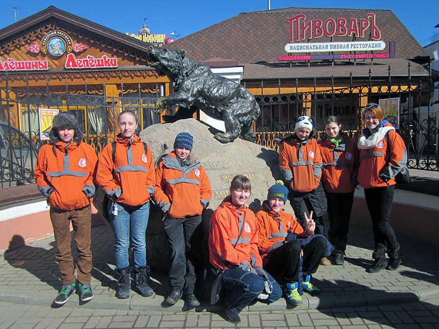 Делегация отряда у памятника символу города Ярославля – медведице Маше, которая каждый час издаёт грозный рык