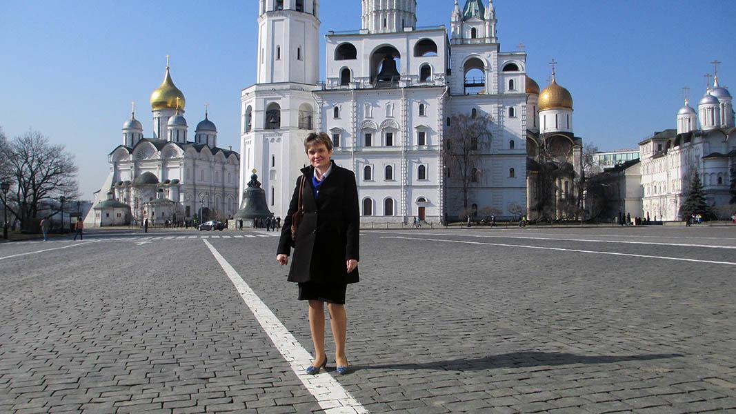 Командор Лариса Крапивина на брусчатке московского Кремля