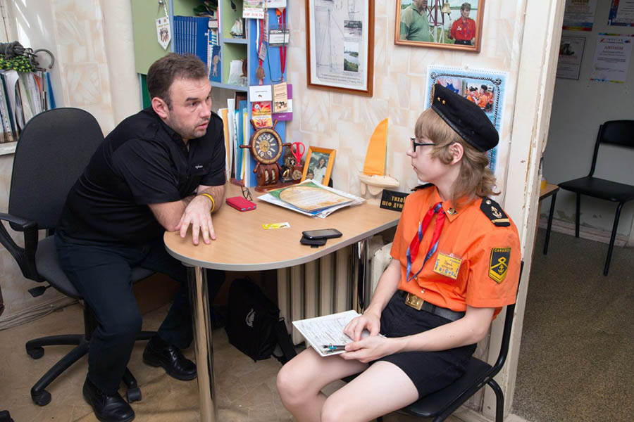 Главный судья Всеволод Доможиров даёт интервью для стенгазеты