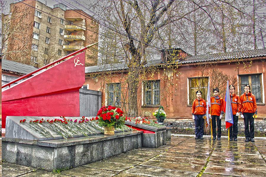 Почётный караул гвардейцев у памятника погибшим