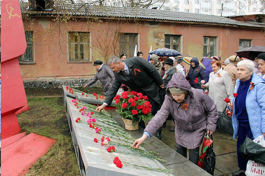 Чиновники и ветераны возлагают цветы к мемориалу