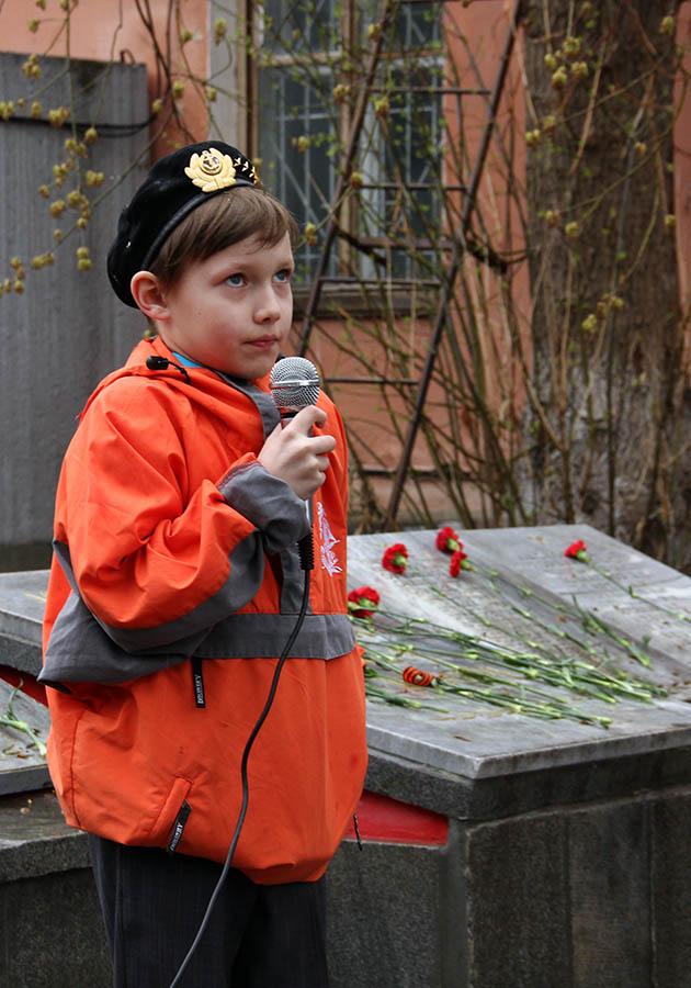 Егор Доможиров читает стихотворение о войне