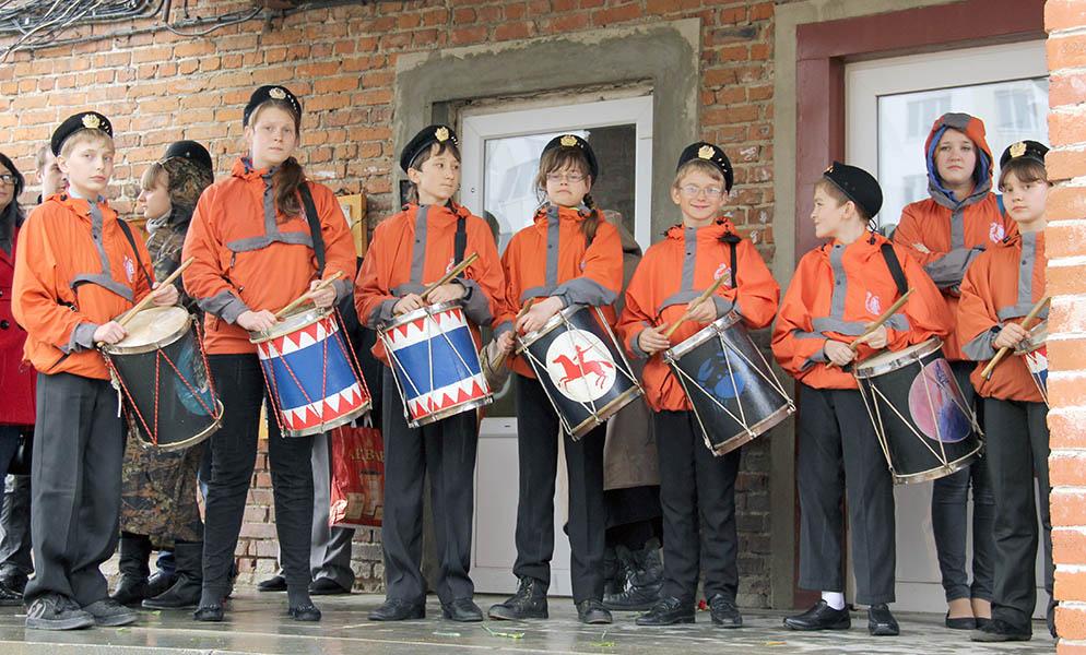 Барабанщики «Каравеллы» ждут начало митинга под козырьком