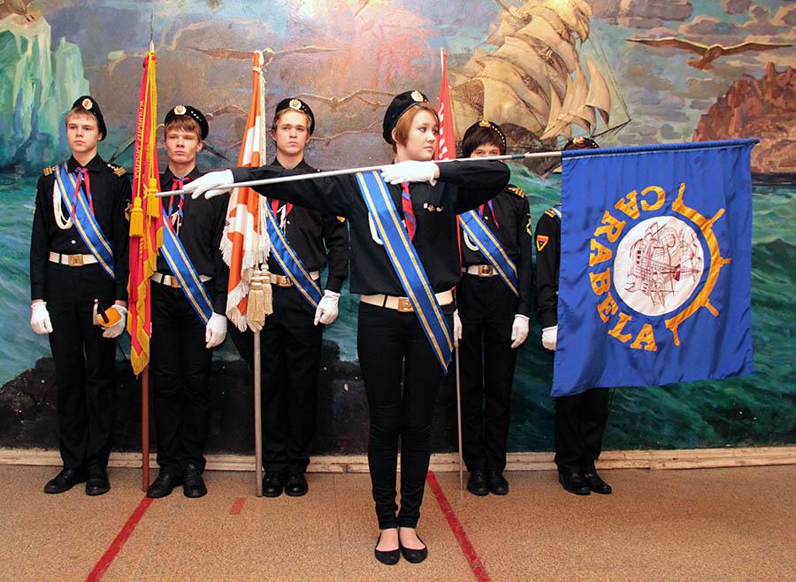«Каравелла» – морское знамя отряда, принятое в январе 1968 года, по традиции выносит девочка