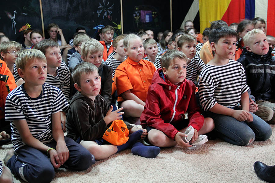 Юные моряки увлечённо слушают удивительные истории из жизни подводников