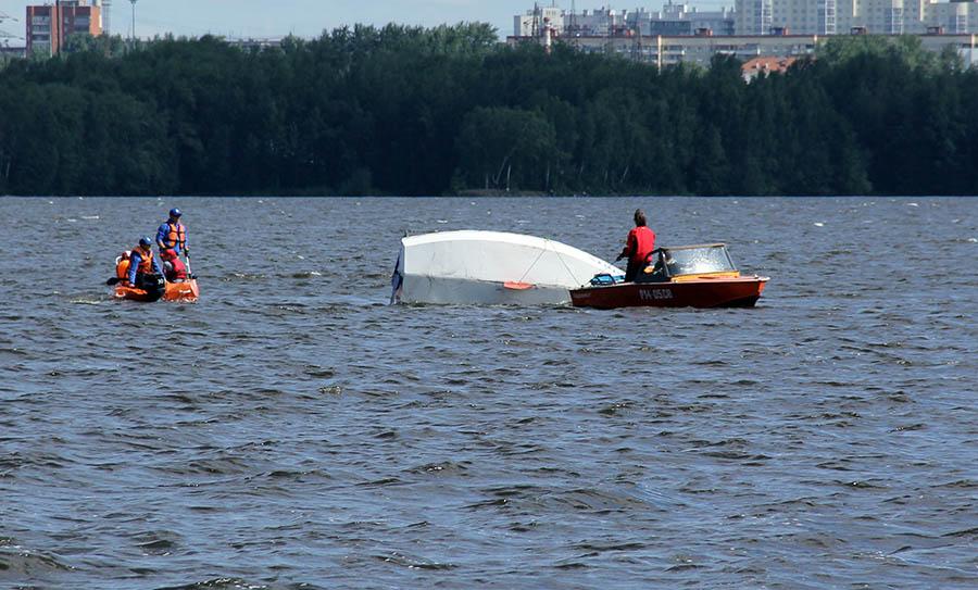 Когда экипаж не может поставить яхту на киль, на помощь приходят спасатели