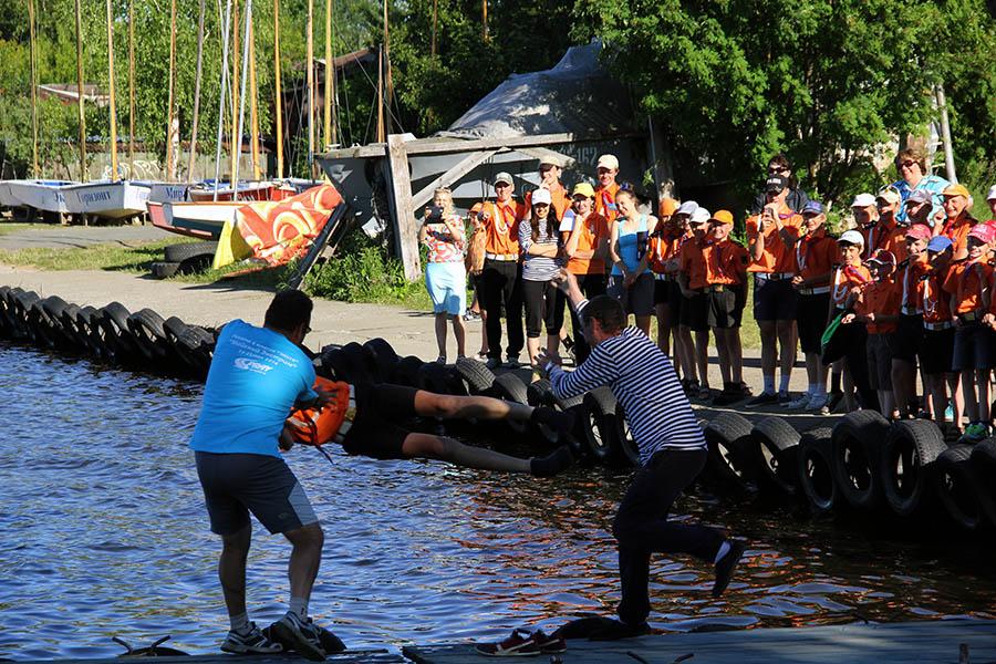 По традиции рулевых-победителей гонок сбрасывают в воду