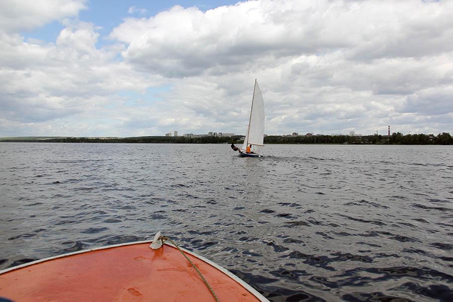 Моторная лодка старается догнать «летучий голландец»