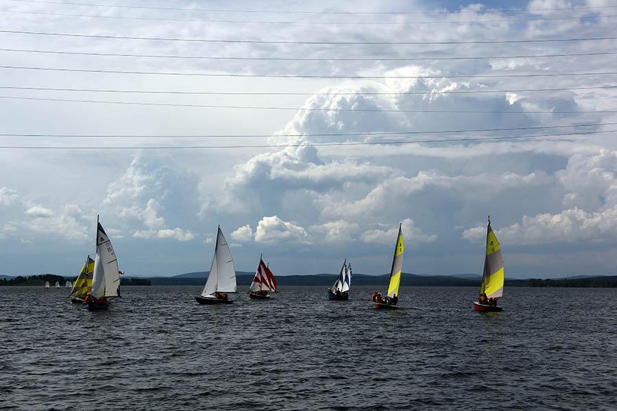 Гроза приближается, и яхты направляются к пирсу