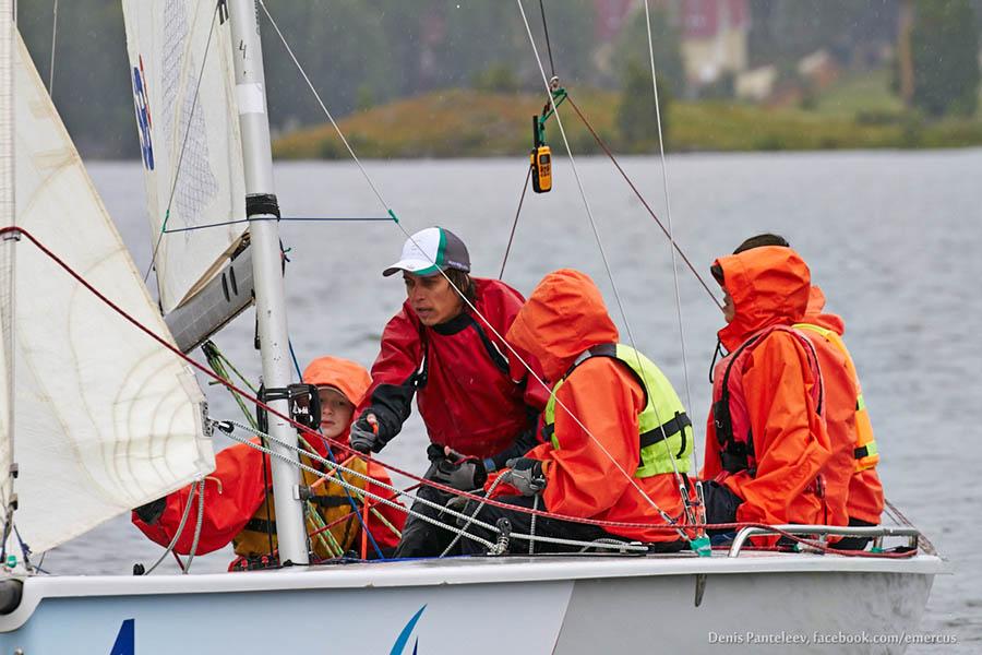 Во время первого выхода инструктор Иван Попов объяснял, как управлять лодкой