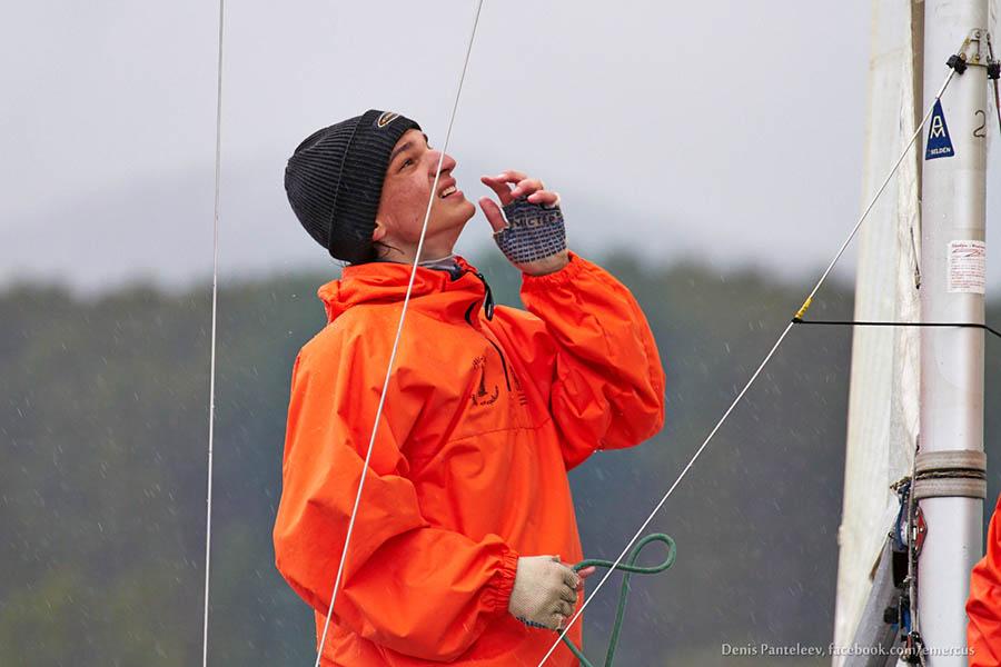 Дима Фоменко работает на парусах новой яхты