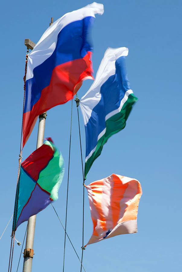 И наши флаги рвёт свежий ветер...