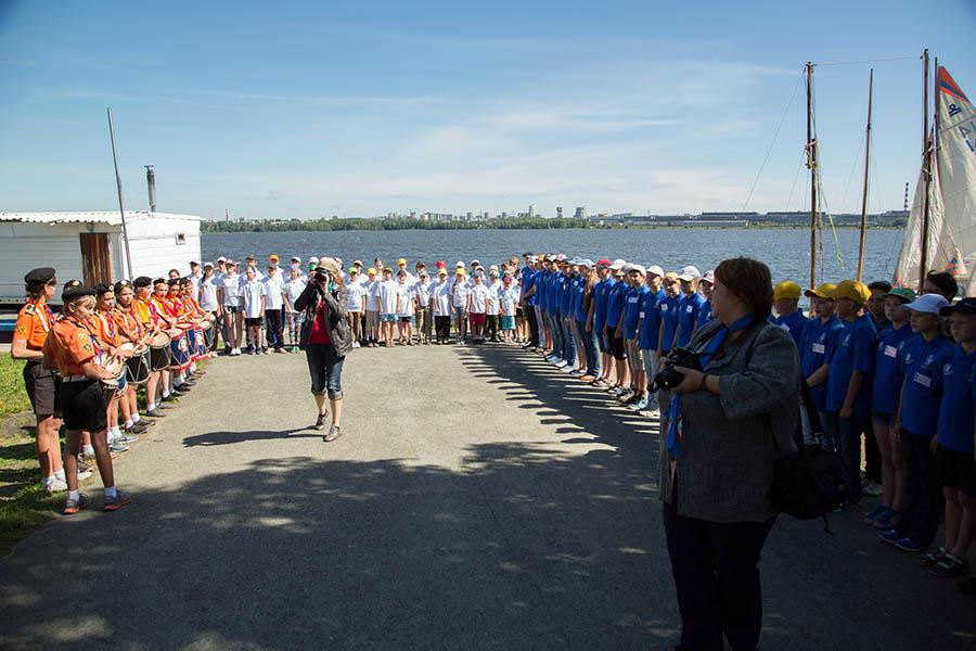 Участники сборов на линейке-открытия «Оранжевого лета 2014»