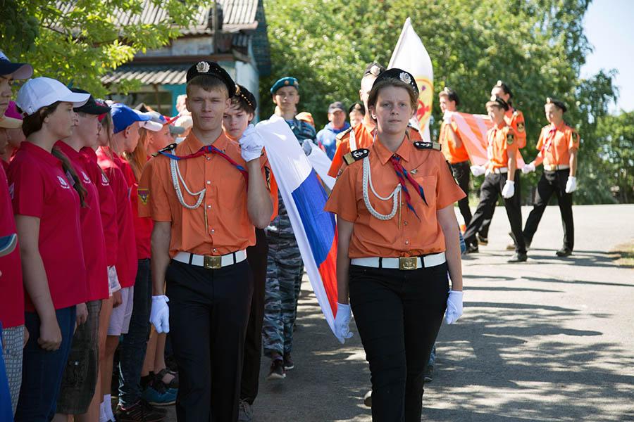 Сводный знамённый отряд гордо выносит флаги сборов
