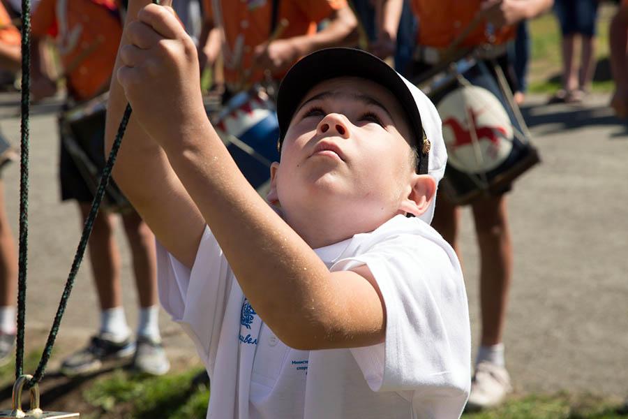 Никита Кузьмин из города Твери поднимает флаги сборов