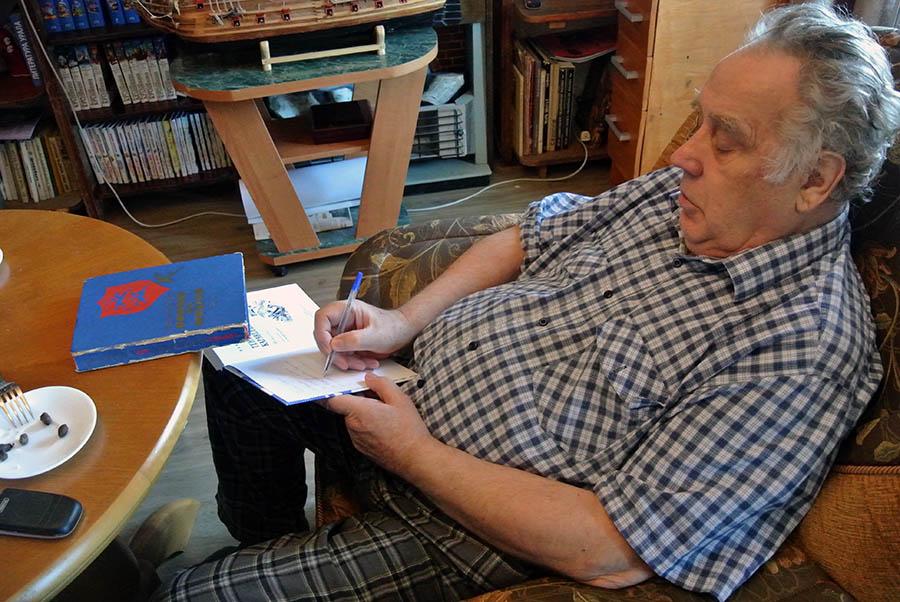 Владислав Крапивин оставляет памятные надписи на книгах для гостей из Кирова