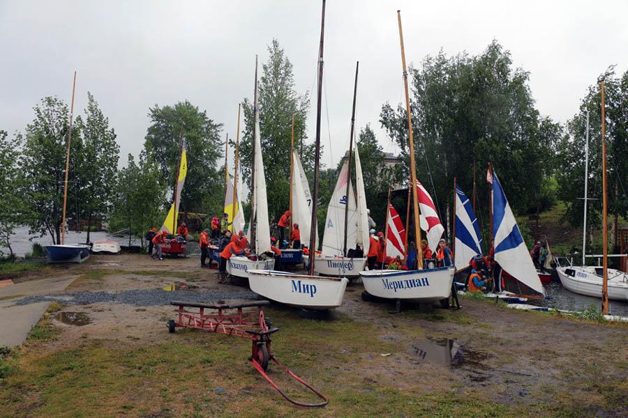 Вооружаем яхты под дождём в День паруса