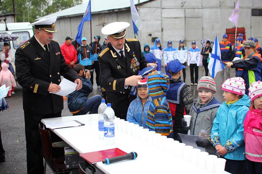 В юные моряки ребят посвящают И.А. Британов и В.И. Гулевич