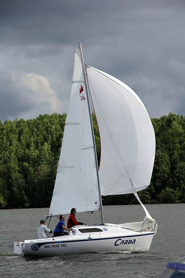 Экипаж яхты «Слава» мчится под спинакером к финишной линии