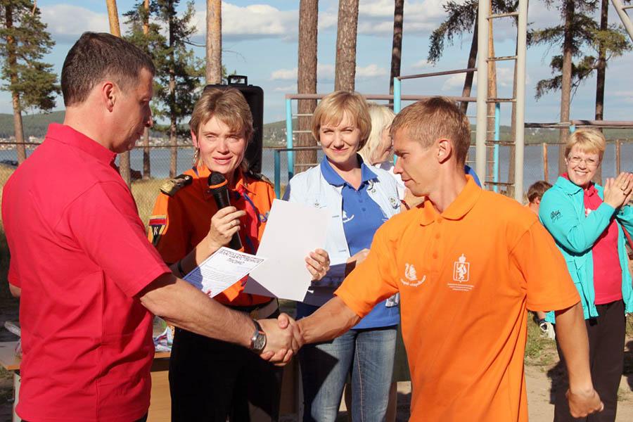 Министр спорта Свердловской области награждает И.С. Кузнецова на сборах 2012 года
