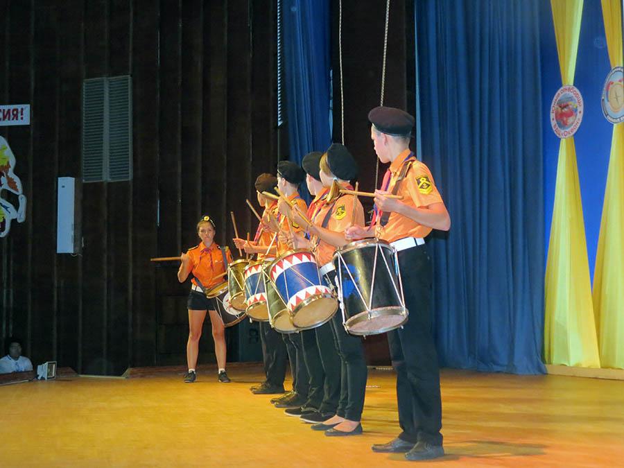 Смену «Сильные люди» открывали барабанщики «Каравеллы»