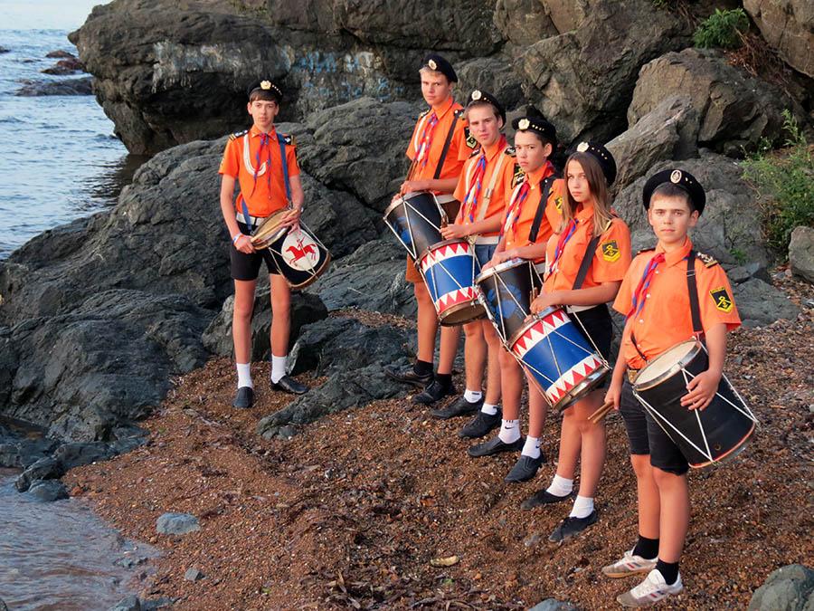 Барабанщики отряда встречают рассвет в лагере «Океан»