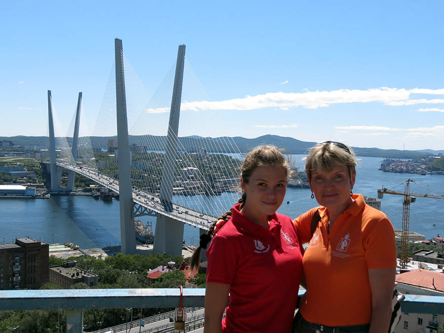 Руководители делегации Даша и Лариса Крапивины на фоне самого длинного моста в России