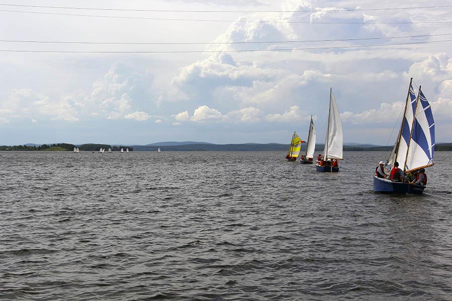 Флотилия крутит парусный хоровод на фоне гонки в классе «оптимист»