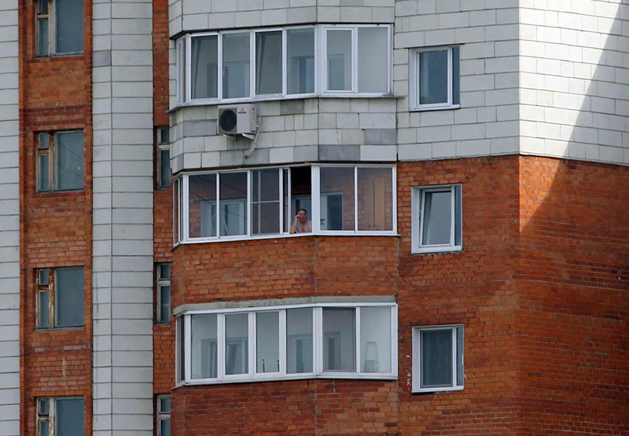 Владислав Крапивин оценивает мастерство рулевых из окна кабинета