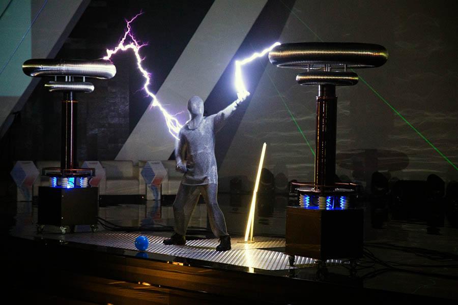 Катушки Тесла сделали шоу поистине молниеносным...